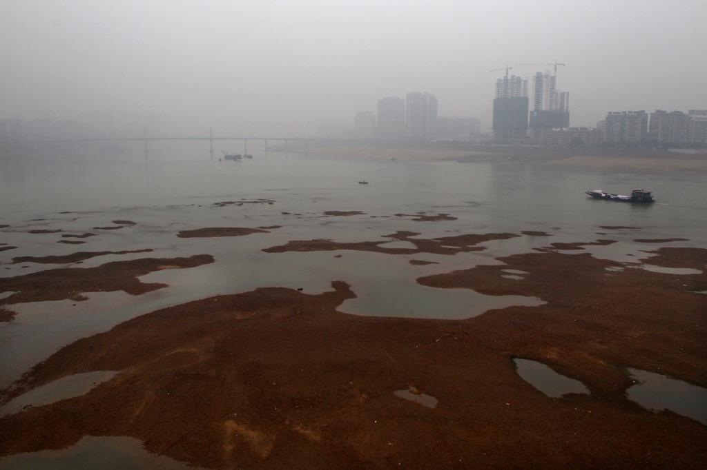 »õ´¬ÐÐÊ»ÔÚÏæ½ÉÏ on Jan. 25, 2011 in ÖêÖÞ£¬ºþÄÏ province of China. Ïæ½ÊÇÈ«ÊÀ½çÖؽðÊôÎÛȾ×îÑÏÖصÄÒ»Ìõ½£¬ÎÛȾԴͷ¾ÍÔÚÖêÖÞ.
